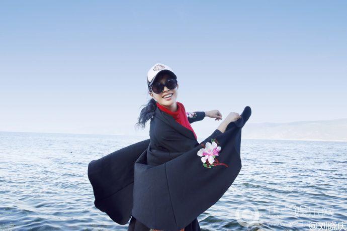 刘晓庆强风中凹造型从容大气 活力年轻美丽依旧