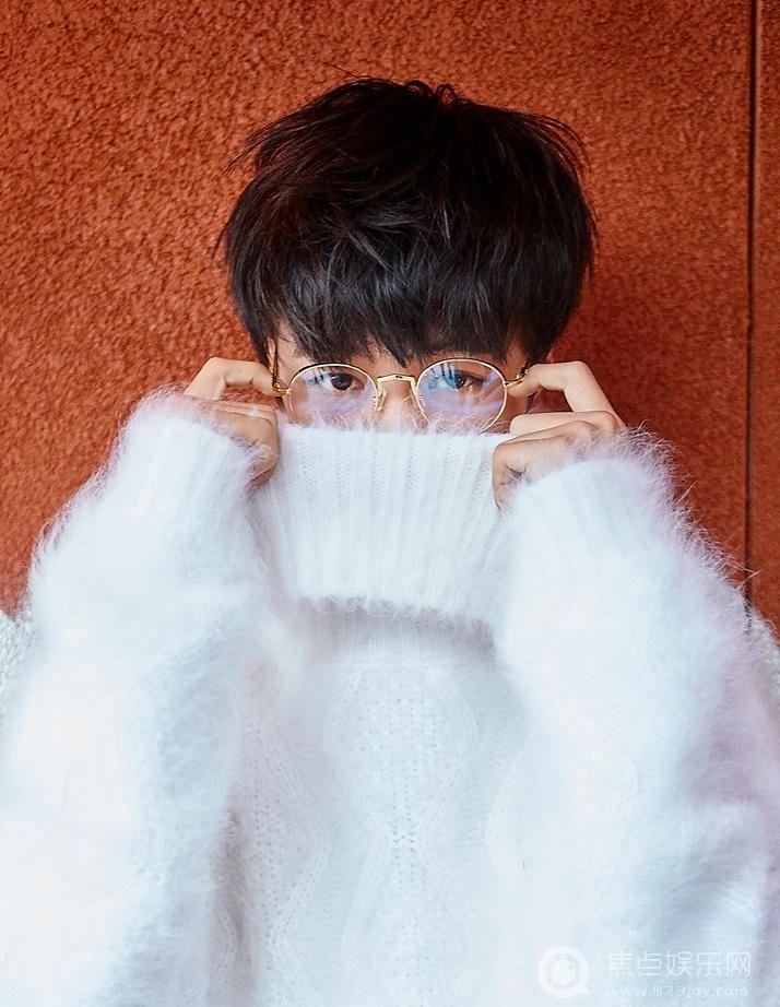 王俊凯街头写真 纯白线衣好似天使