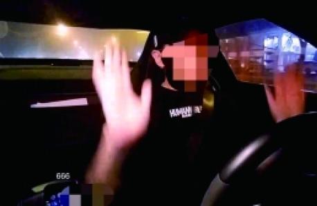 主播开车手撒方向盘 网友:作死啦